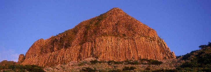 Rocher des Bordões, disjonction prismatique constituée d'un ensemble de colonnes verticales basaltiques