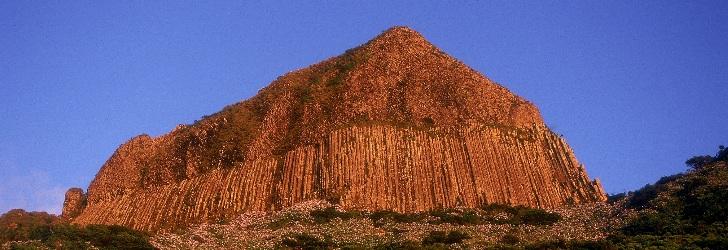 Rocha dos Bordões, disyunción prismática, que consiste en un conjunto de columnas verticales de basalto