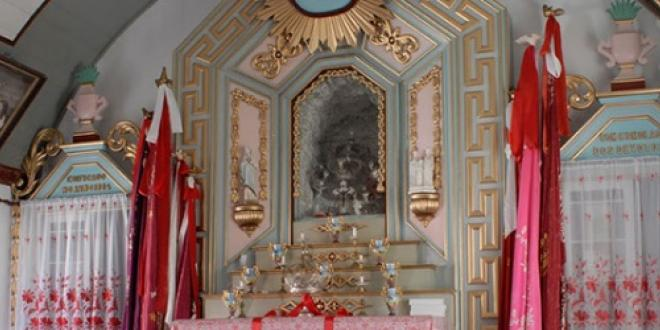 Altar in honor of the Holy Spirit - Cultural Holidays in Flores